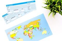 Voyage de rabotage avec les billets et la carte sur la vue supérieure de fond blanc images libres de droits