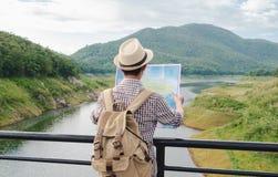 Voyage de sac à dos de jeune homme seul sur le pont de corde photo stock