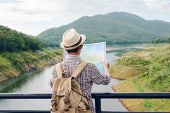 Voyage de sac à dos de jeune homme seul sur le pont de corde images libres de droits