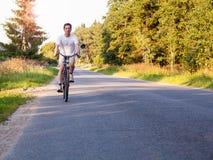 Voyage de soirée Homme montant un vélo Photographie stock libre de droits