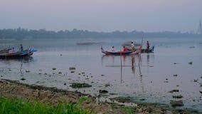 Voyage de soirée sur le lac Taungthaman, Mandalay, Myanmar clips vidéos