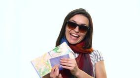 Voyage de touristes de femme heureuse jugeant le passeport et la carte d'isolement sur le fond blanc photo stock