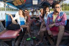 Voyage de touristes de voyage de vacances de mer d'amis d'océan de bateau de la Thaïlande de longue queue de voile de groupe des  Photos libres de droits