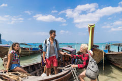 Voyage de touristes de voyage de vacances de mer d'amis d'océan de bateau de la Thaïlande de longue queue de voile de groupe des  Image libre de droits