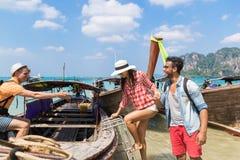 Voyage de touristes de voyage de vacances de mer d'amis d'océan de bateau de la Thaïlande de longue queue de voile de groupe des  Images libres de droits