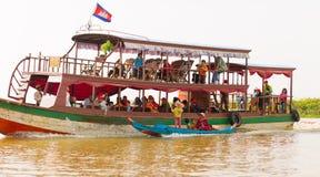 Voyage de touristes sur les bateaux de touristes images stock