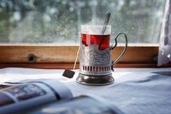 Voyage de train avec le thé noir dans le glassholder Images stock
