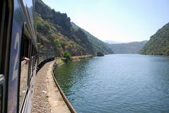 Voyage de train le long de fleuve de Douro Photo libre de droits