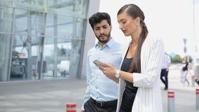 Voyage de travail Hommes d'affaires utilisant le téléphone marchant à l'aéroport banque de vidéos