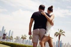 Voyage de vacances d'été de couples dedans dans la paume Jumeirah Photographie stock libre de droits