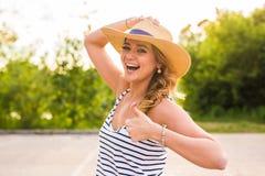 Voyage de vacances d'été Femme heureuse réussie faisant des pouces vers le haut de geste avec approbation sur la nature photos stock