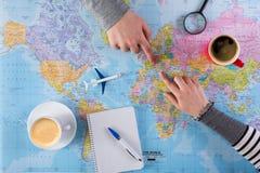 Voyage de vacances de planification de couples avec la carte Vue supérieure Photos stock