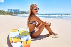 Voyage de vacances La plage d'été de femme de surfer détendent Planche de surf, surfant image stock