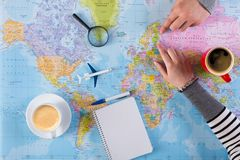 Voyage de vacances de planification de couples avec la carte Vue supérieure Image libre de droits