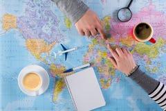 Voyage de vacances de planification de couples avec la carte Vue supérieure Image stock