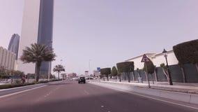 Voyage de voiture le long du Corniche dans la vidéo de longueur d'actions d'Abu Dhabi clips vidéos