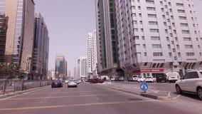 Voyage de voiture près des gratte-ciel dans la vidéo de longueur d'actions d'Abu Dhabi banque de vidéos