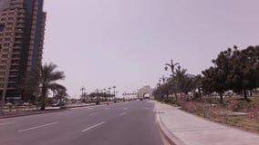 Voyage de voiture près du palais présidentiel dans la vidéo de longueur d'actions d'Abu Dhabi banque de vidéos