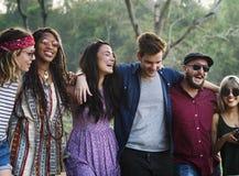 Voyage divers d'amis sur le voyage par la route ensemble Photographie stock libre de droits