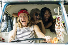 Voyage divers d'amis sur le voyage par la route ensemble Photo libre de droits