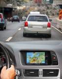Voyage en la voiture avec le système de navigation Images stock
