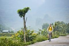 Voyage en le vélo au Vietnam images libres de droits