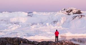 Voyage en nature arctique de paysage avec des icebergs - explorateur de touristes d'homme du Groenland photographie stock