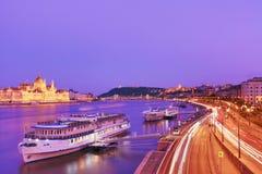 Voyage et concept européen de tourisme Le Parlement et rive à Budapest Hongrie avec les bateaux guidés pendant le coucher du sole photos stock