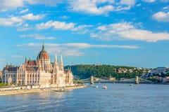Voyage et concept européen de tourisme Le Parlement et rive à Budapest Hongrie avec les bateaux guidés pendant le jour ensoleillé images stock