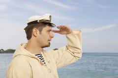 Voyage et concept marin - homme dans le chapeau de capitaine photo libre de droits