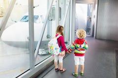 Voyage et mouche d'enfants Enfant à l'avion dans l'aéroport Image stock