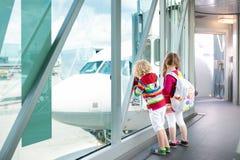 Voyage et mouche d'enfants Enfant à l'avion dans l'aéroport Photos libres de droits
