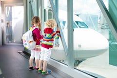 Voyage et mouche d'enfants Enfant à l'avion dans l'aéroport Photo libre de droits