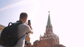 Voyage et technologie l'homme de touristes heureux de mode de vie regarde le smartphone de navigateur prenant le selfie avec le s clips vidéos