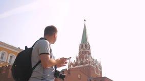 Voyage et technologie L'homme de touristes heureux de mode de vie regarde le smartphone de navigateur prenant le selfie avec le s banque de vidéos