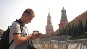 Voyage et technologie L'homme de touristes heureux regarde le mode de vie de smartphone de navigateur prenant le selfie avec le s banque de vidéos