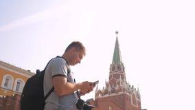 Voyage et technologie L'homme de touristes heureux regarde le mode de vie le smartphone de navigateur prenant le selfie avec le s banque de vidéos