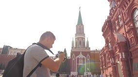 Voyage et technologie L'homme de touristes heureux regarde le musée historique d'état de smartphone de navigateur prenant le self clips vidéos