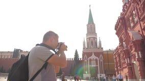 Voyage et technologie L'homme de touristes heureux regarde le musée historique d'état de smartphone de navigateur prenant le self banque de vidéos