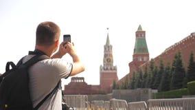 Voyage et technologie L'homme de touristes heureux regarde le smartphone de navigateur prenant le mode de vie de selfie avec le s clips vidéos