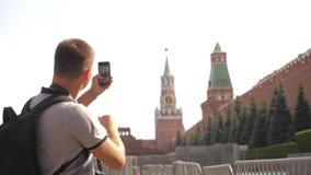 Voyage et technologie L'homme de touristes heureux regarde le smartphone de navigateur prenant le selfie avec le mode de vie de s clips vidéos