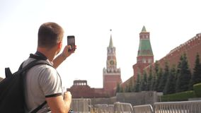 Voyage et technologie L'homme de touristes heureux regarde le smartphone de navigateur prenant le selfie avec le sac à dos de mod banque de vidéos