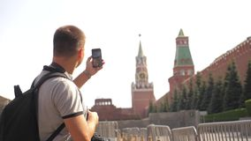 Voyage et technologie L'homme de touristes heureux regarde le smartphone de navigateur prenant le selfie avec le sac à dos mode d banque de vidéos