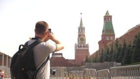 Voyage et technologie L'homme de touristes heureux regarde le smartphone de navigateur prenant le selfie avec le sac à dos Mouvem clips vidéos