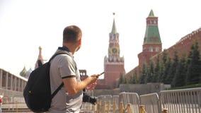 Voyage et technologie L'homme de touristes heureux regarde le smartphone de navigateur prenant le selfie avec le sac à dos vidéo  clips vidéos