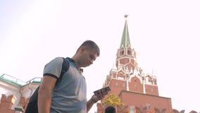 Voyage et technologie L'homme de touristes heureux regarde le smartphone de navigateur prenant le selfie avec le sac à dos vidéo  banque de vidéos