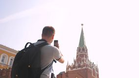 Voyage et technologie L'homme de touristes de mode de vie heureux regarde le smartphone de navigateur prenant le selfie avec le s clips vidéos