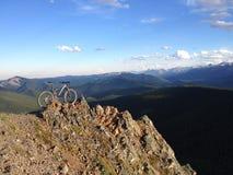 Voyage faisant du vélo de coucher du soleil Photo libre de droits