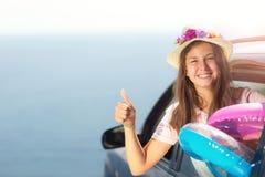 Voyage heureux de fille en la voiture vers la mer Enfant ayant l'amusement, montrant Image stock