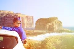 Voyage heureux de petit garçon en la voiture des vacances d'été Photographie stock